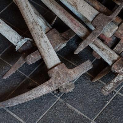 「登山道整備用の複数のツルハシ」の写真素材