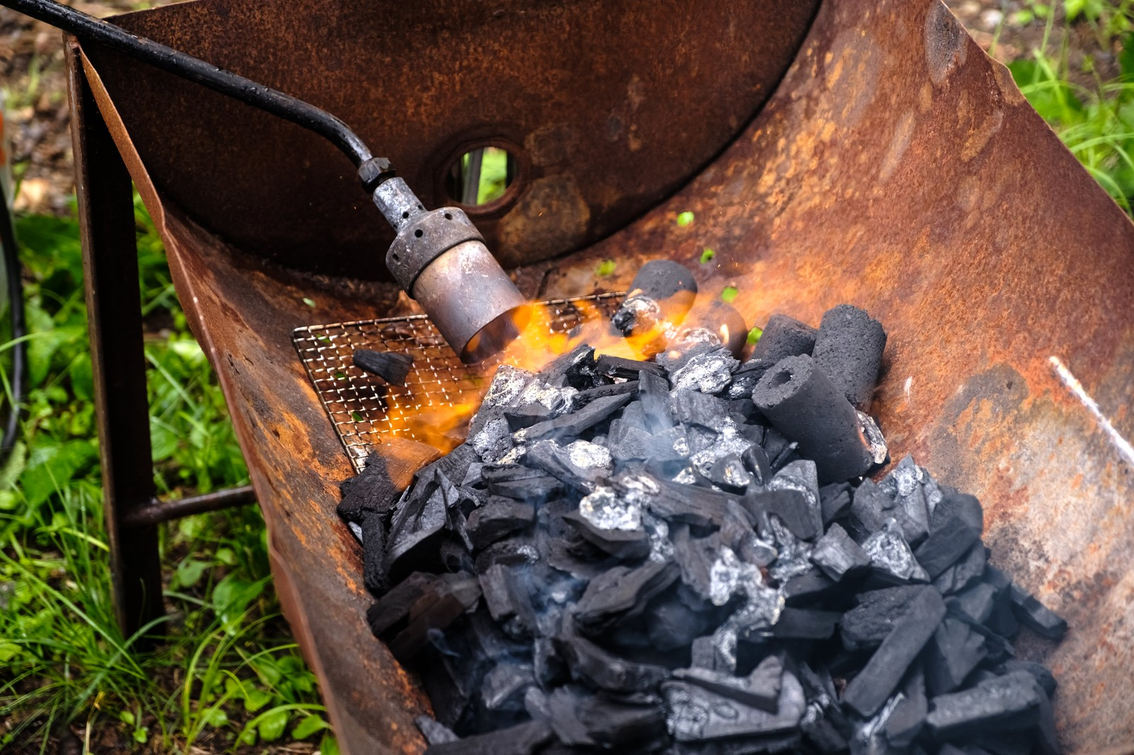 「トーチバーナーで炭に火をおこす」の写真