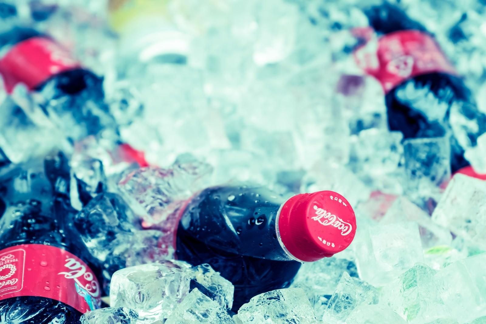 「キンキンに冷えたペットボトルキンキンに冷えたペットボトル」のフリー写真素材を拡大