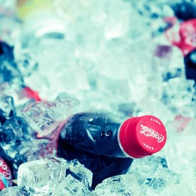 「キンキンに冷えたペットボトル」の写真素材