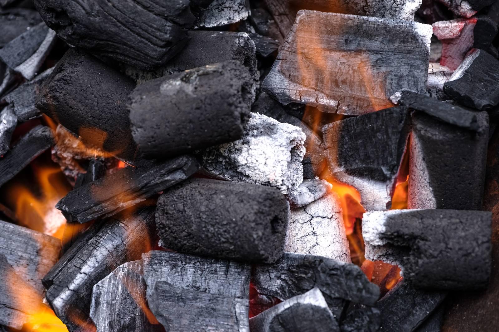 「加熱中のBBQ用の炭加熱中のBBQ用の炭」のフリー写真素材を拡大