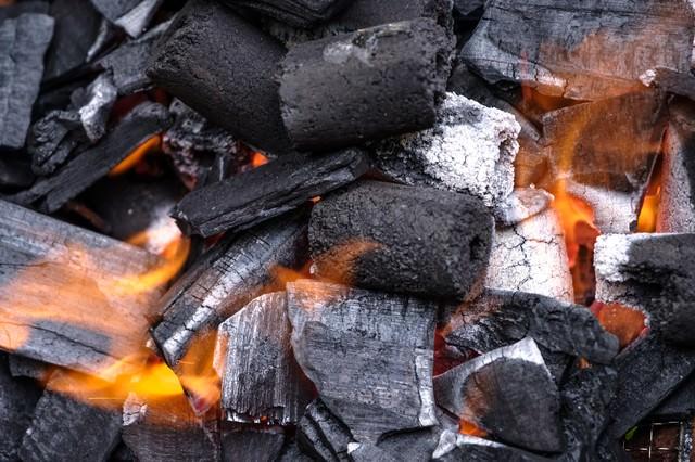 木炭と炎の写真