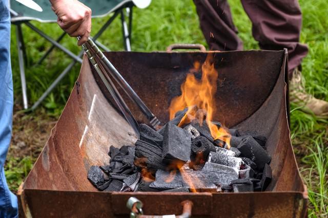 木炭に火をおこすの写真