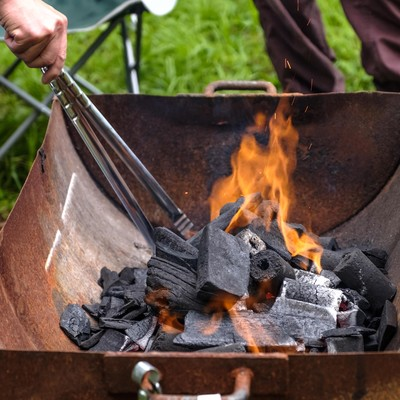 「木炭に火をおこす」の写真素材