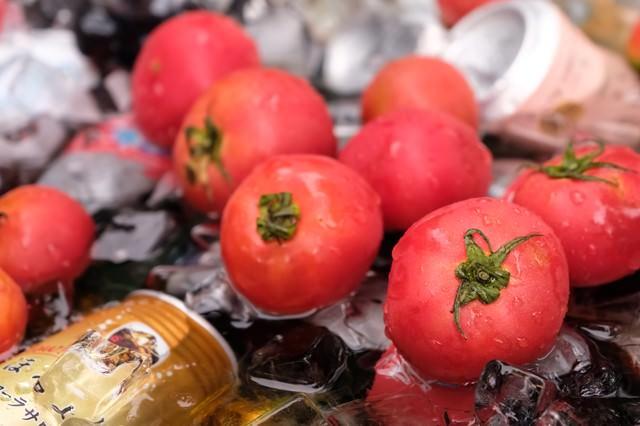 缶ビールと一緒に冷やしたトマトの写真