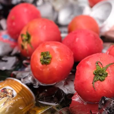 「缶ビールと一緒に冷やしたトマト」の写真素材