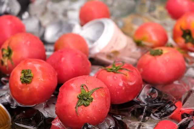 氷で冷えたトマトの写真