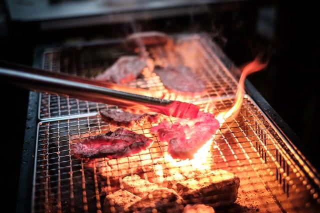 焼肉中、肉の脂で炎が大きくなるの写真