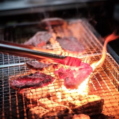 「焼肉中、肉の脂で炎が大きくなる」の写真素材