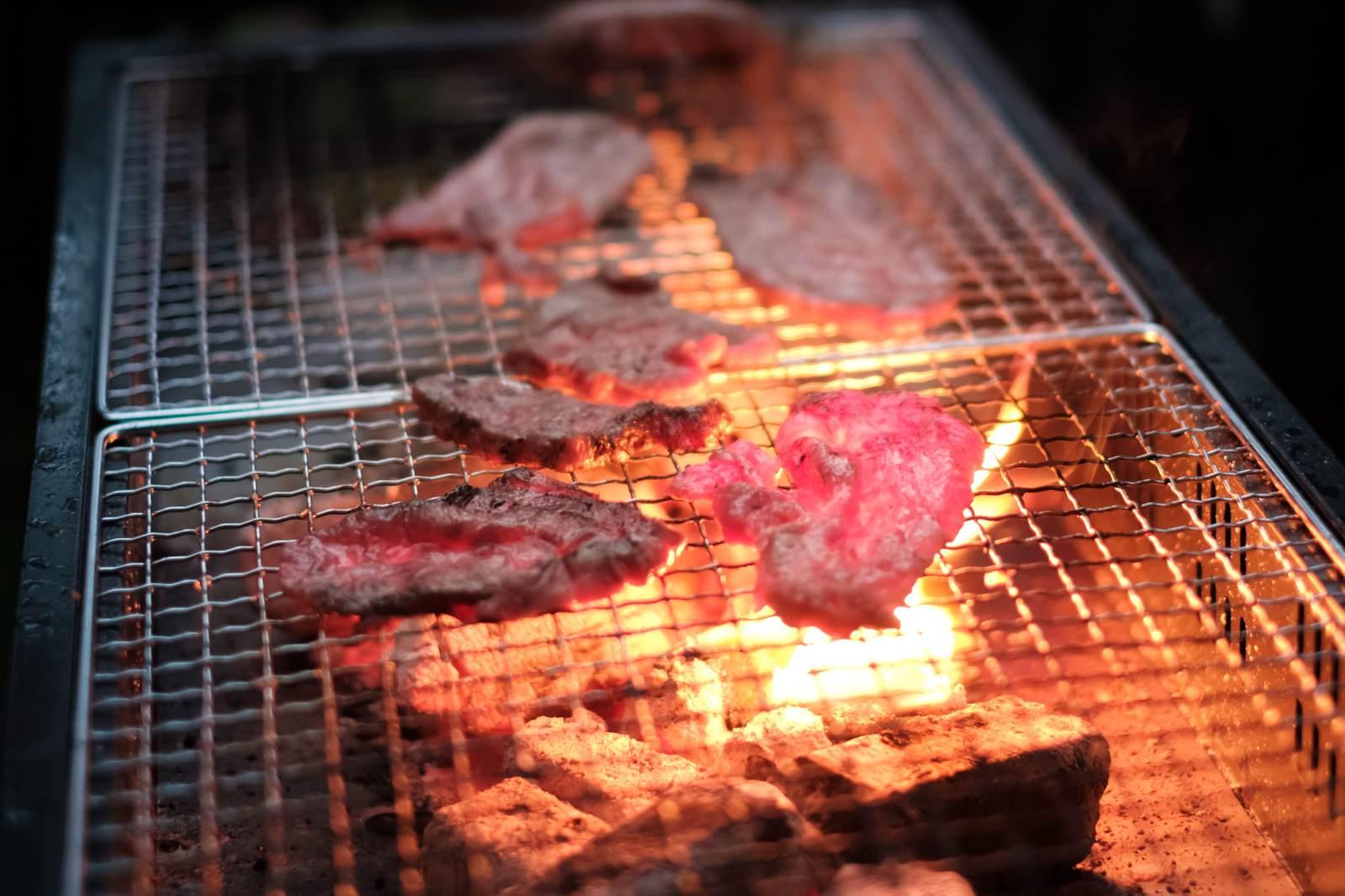 「炭火で網焼きした肉炭火で網焼きした肉」のフリー写真素材を拡大