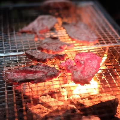 炭火で網焼きした肉の写真