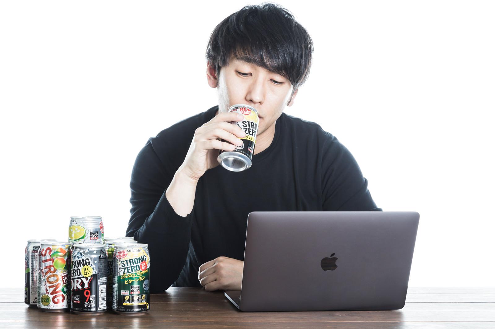 「缶チューハイを飲みながら匿名ダイアリーに書き込むネラー」の写真[モデル:大川竜弥]
