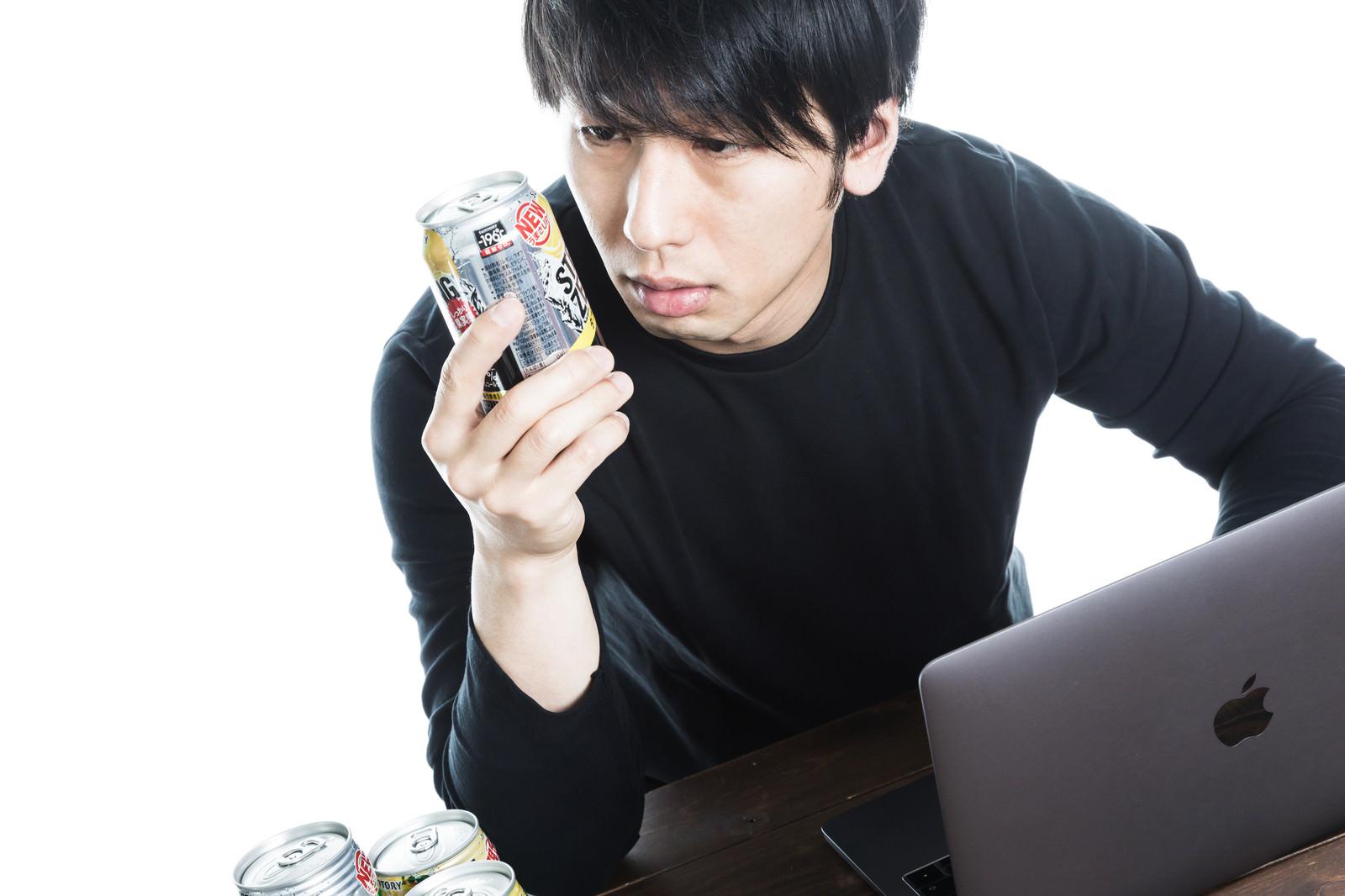 「アルコール度数9%を疑う飲ん兵衛」の写真[モデル:大川竜弥]