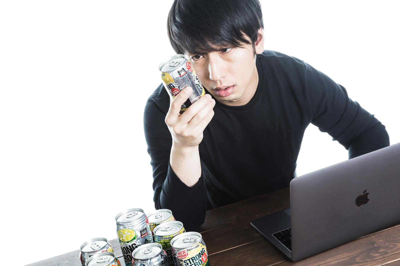 「缶チューハイだけが友達さ」の写真[モデル:大川竜弥]