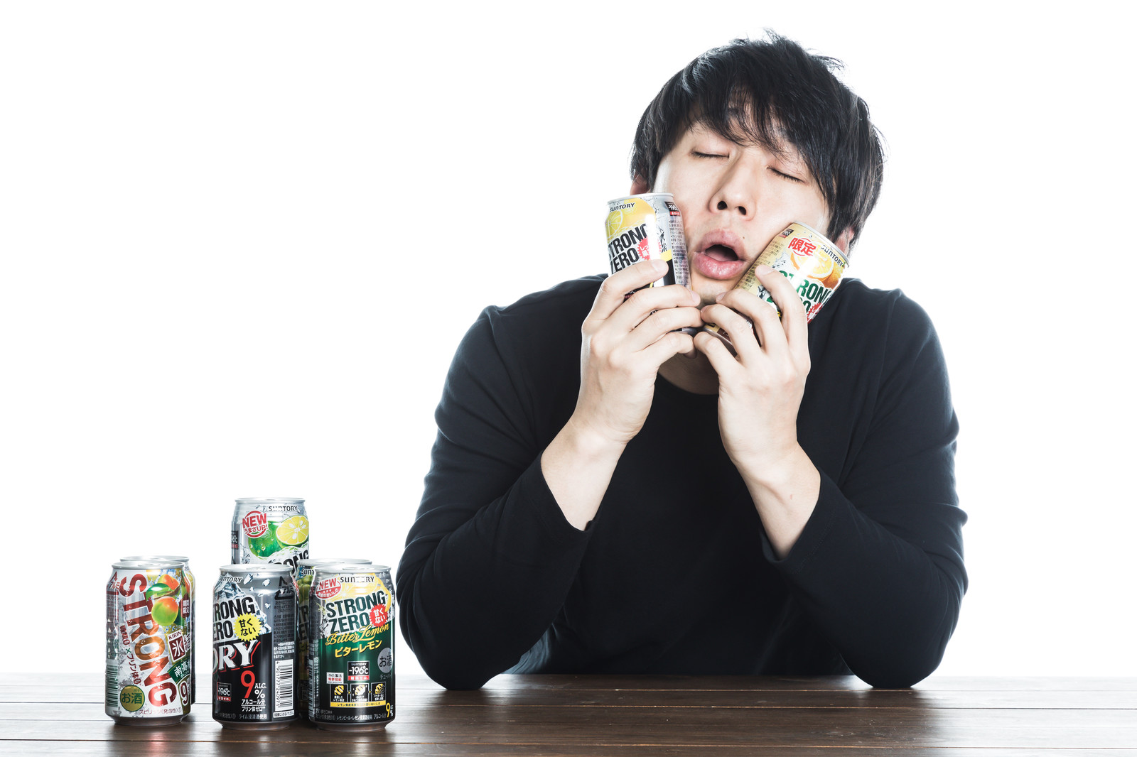 「秘技・缶チューハイぱふぱふ」の写真[モデル:大川竜弥]