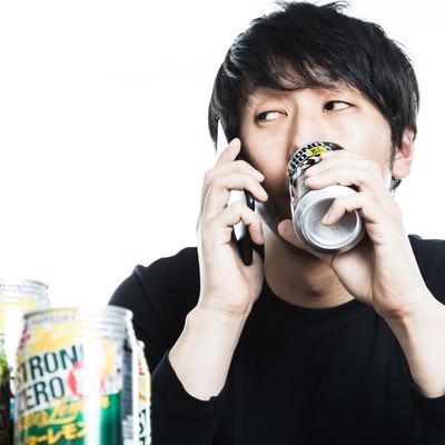 昼間から缶チューハイを飲みながらクライアントにリスケを伝えるダメフリーランスの写真