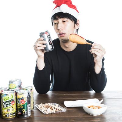 クリスマスひとり寂しく宅飲みをするぼっちの写真