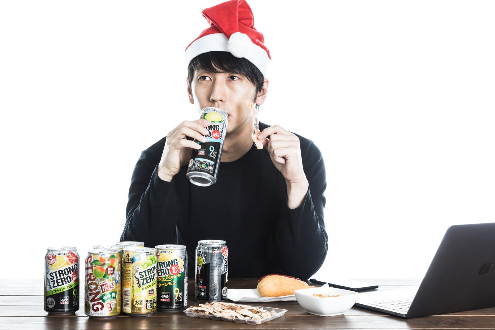 「クリスマス一緒にすごすはずだった元カノに思いを馳せる男性」の写真[モデル:大川竜弥]