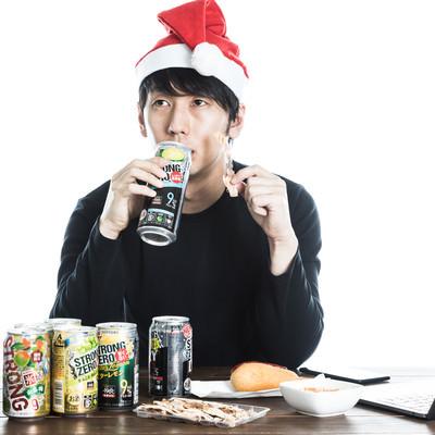 クリスマス一緒にすごすはずだった元カノに思いを馳せる男性の写真