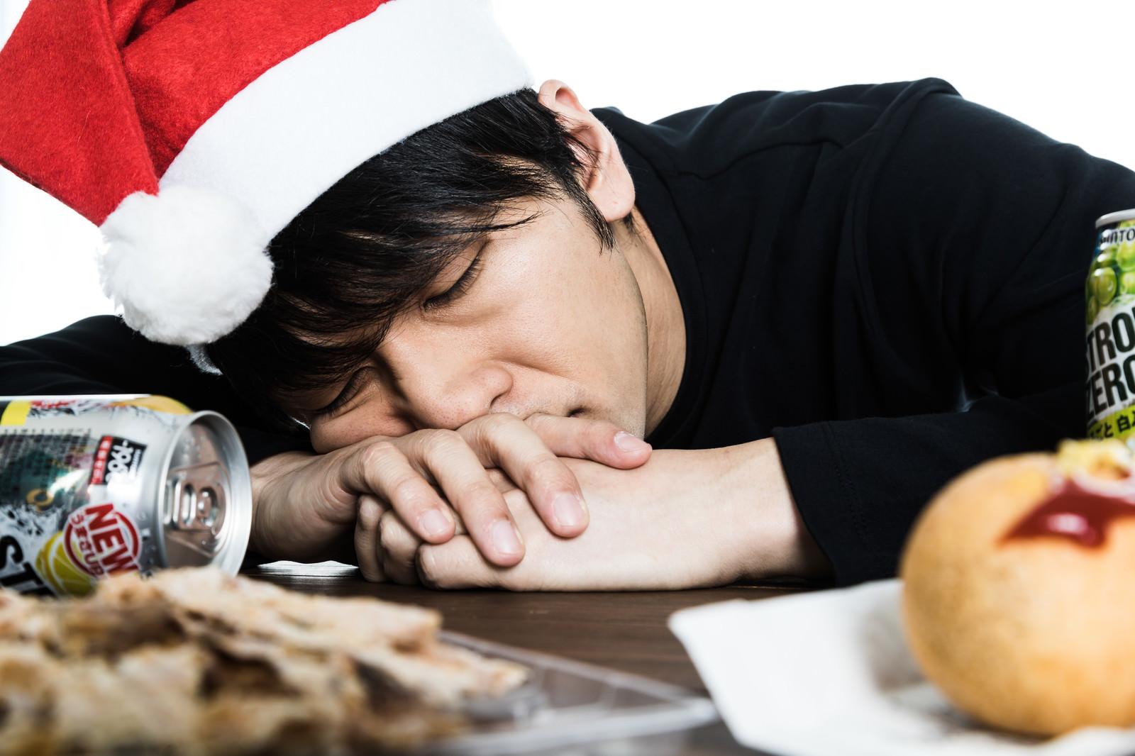 「ひとりパーティ中に寝てしまったクリぼっち | 写真の無料素材・フリー素材 - ぱくたそ」の写真[モデル:大川竜弥]