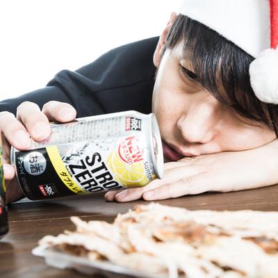 クリスマスに失恋で項垂れる男性の写真
