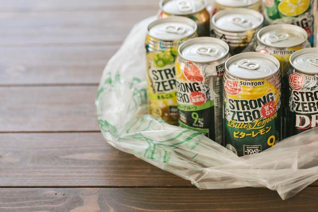 「交流会で買った大量の缶チューハイ」のフリー写真素材