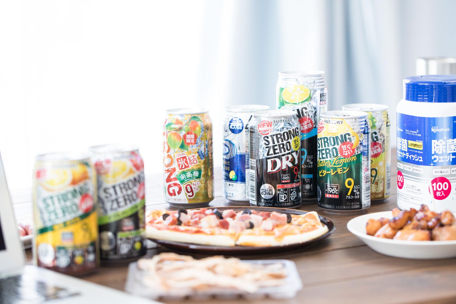 「テーブルに並べられたアルコール飲料とおつまみ」の写真