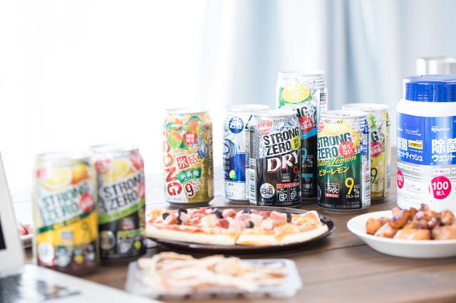 テーブルに並べられたアルコール飲料とおつまみの写真
