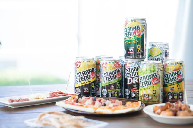 アルコール度数の高い缶チューハイとつまみ類の写真