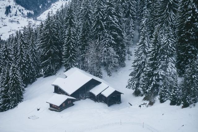 雪の中の山小屋(スイス)の写真