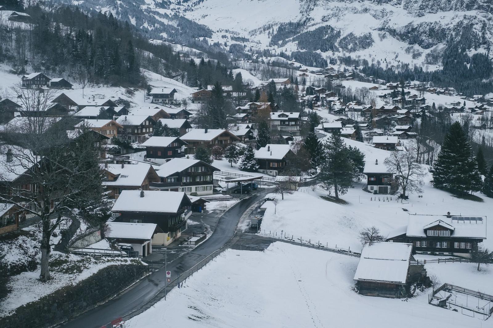 「山の麓の街並み(グリンデルワルト)山の麓の街並み(グリンデルワルト)」のフリー写真素材を拡大
