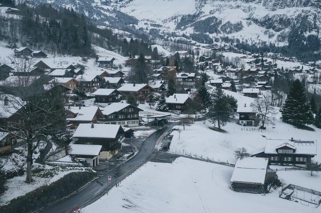 山の麓の街並み(グリンデルワルト)の写真