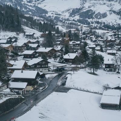 「山の麓の街並み(グリンデルワルト)」の写真素材