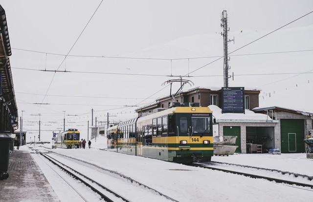 山の上にあるKleine Scheidegg駅の写真