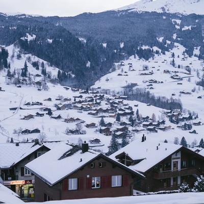 冬のグリンデルワルトの街並みの写真