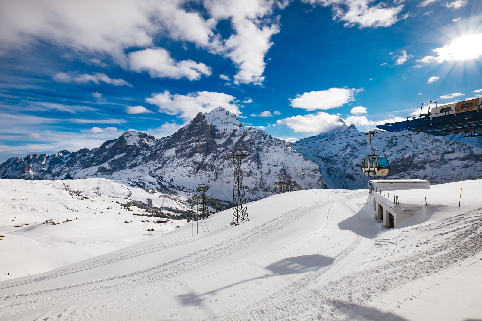「雪が積もるフィルストのゴンドラ(スイス)」の写真