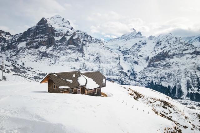 アルプス山脈の絶景が眺められる山小屋(スイス)の写真