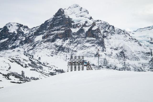 雪山のゴンドラ設備(スイス)の写真