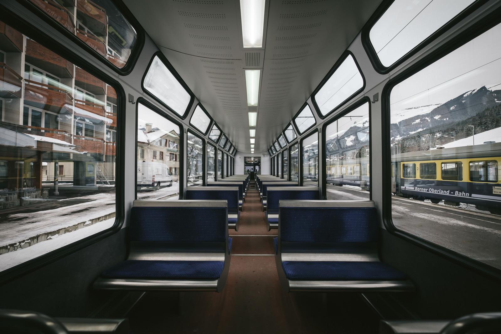 「グリンデルワルトを走行する電車内グリンデルワルトを走行する電車内」のフリー写真素材を拡大
