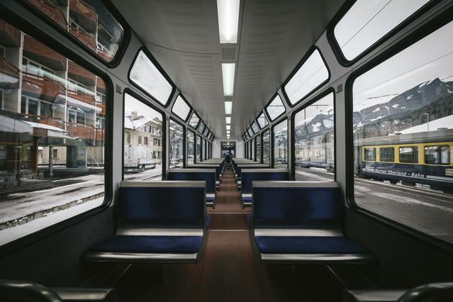 グリンデルワルトを走行する電車内の写真