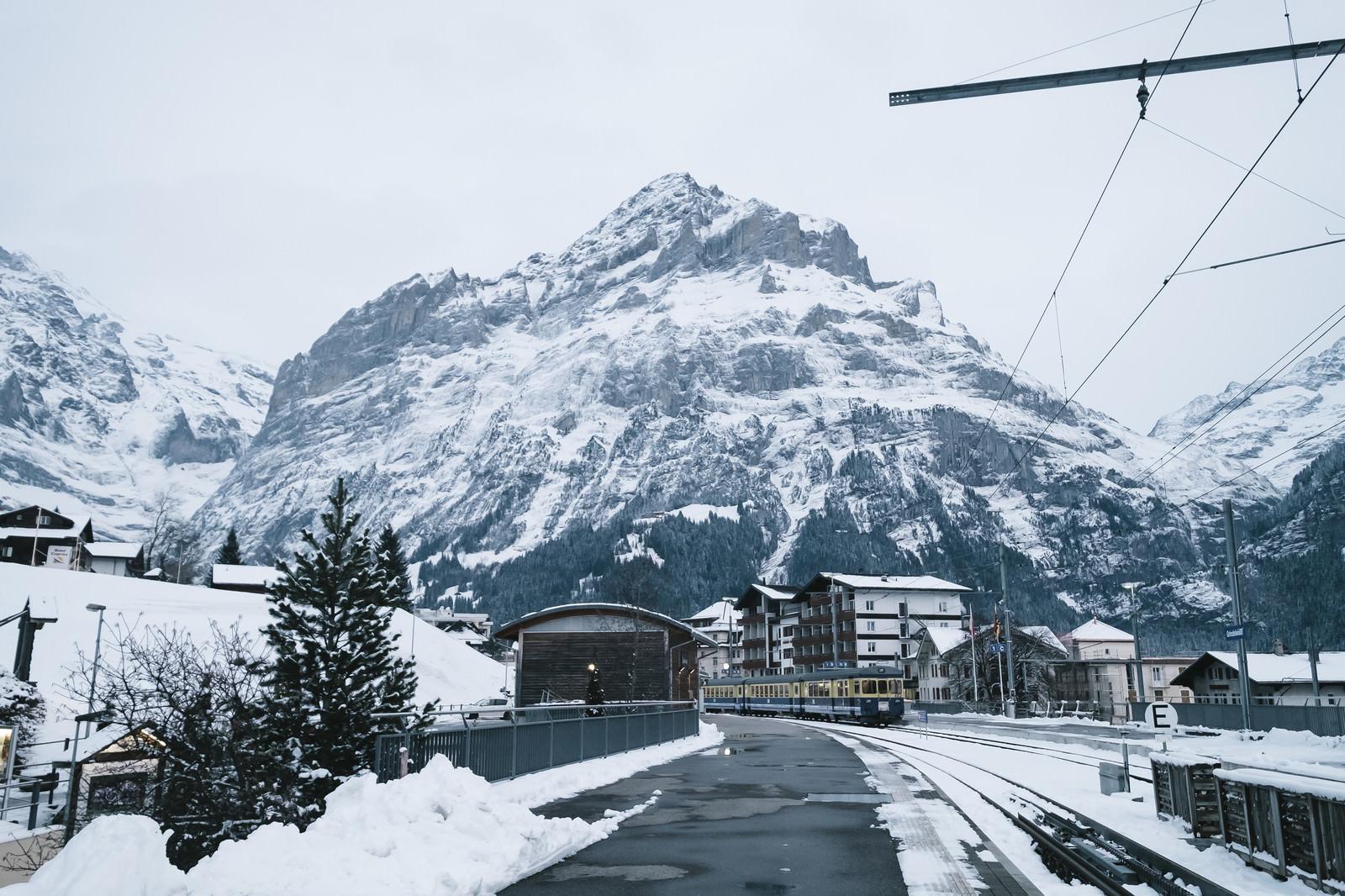 「グリンデルワルト(スイス)を走行する電車」の写真