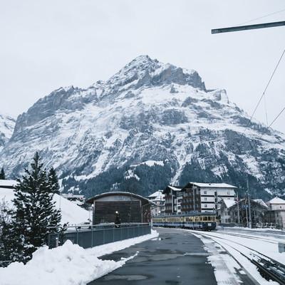 グリンデルワルト(スイス)を走行する電車の写真