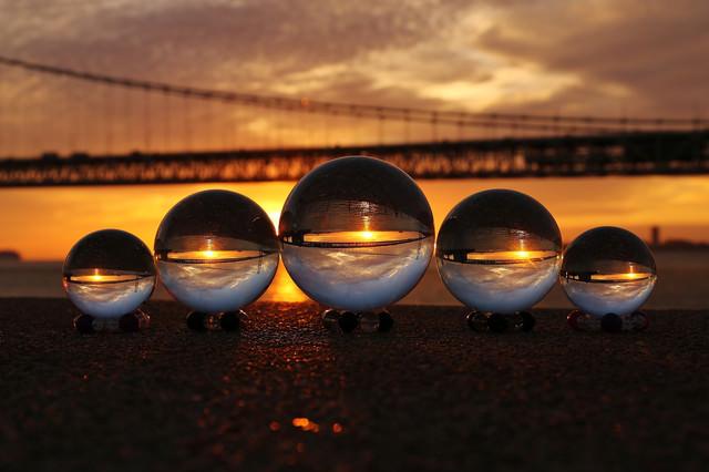 ガラス玉に反射する橋の写真