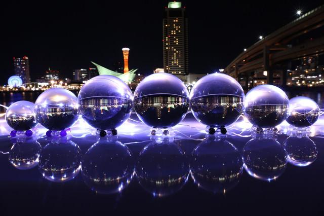 夜景と美しい大小の水晶玉の写真