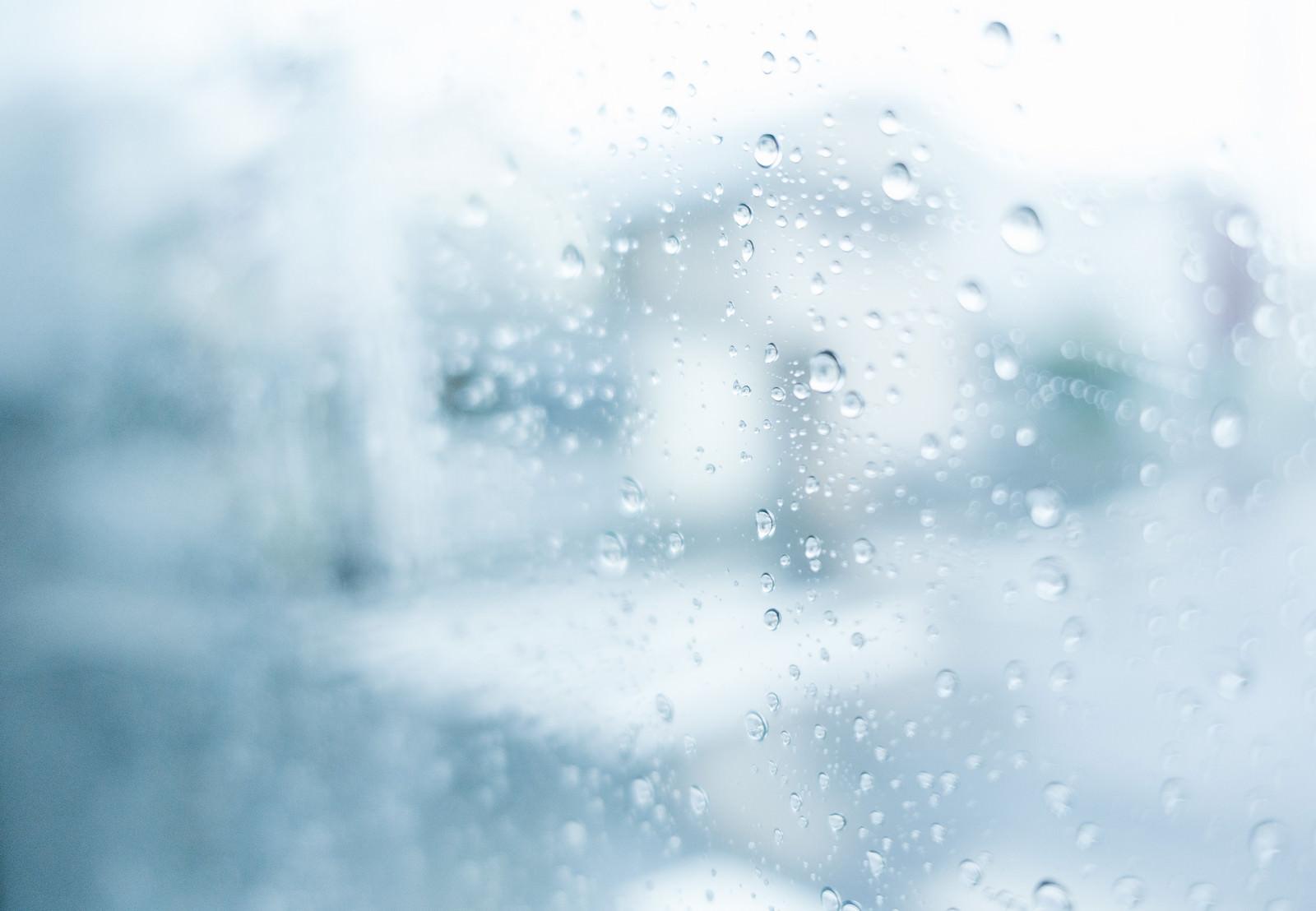 「窓ガラスの雨粒」の写真