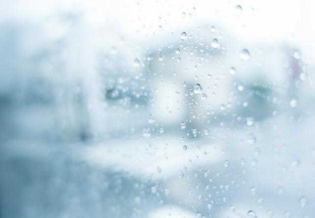 窓ガラスの雨粒の写真