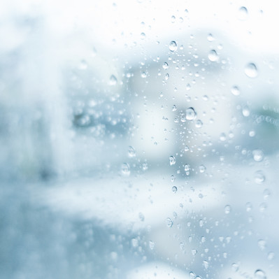 「窓ガラスの雨粒」の写真素材