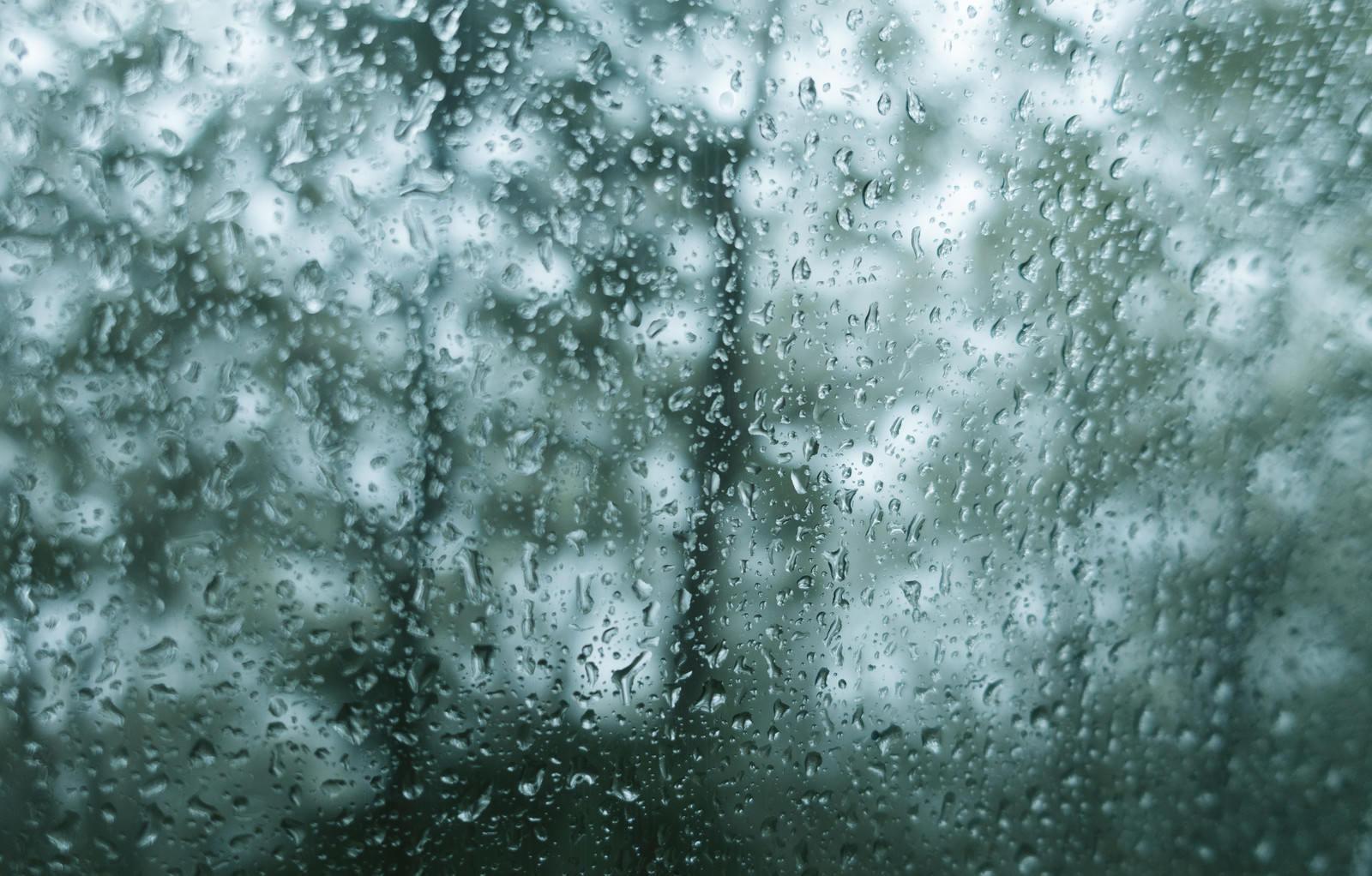 「雨が降ってもどガラスが濡れる雨が降ってもどガラスが濡れる」のフリー写真素材を拡大