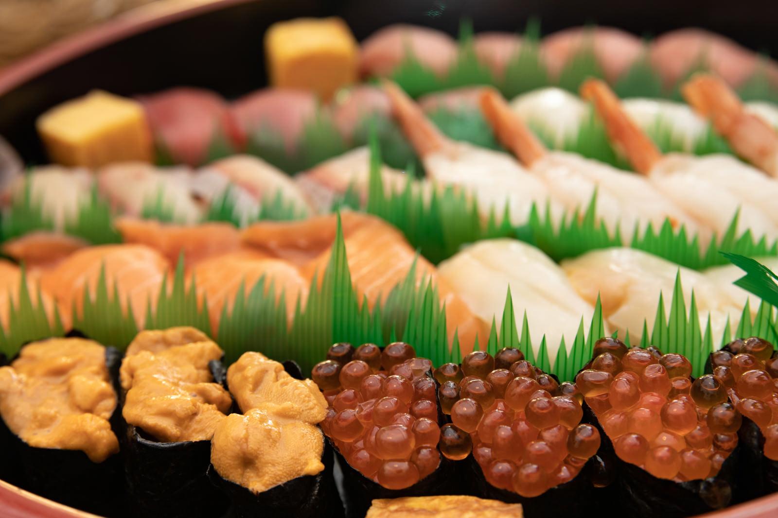 「ウニとイクラが入った出前寿司」の写真