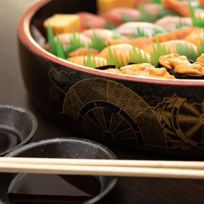 お寿司とお醤油の写真